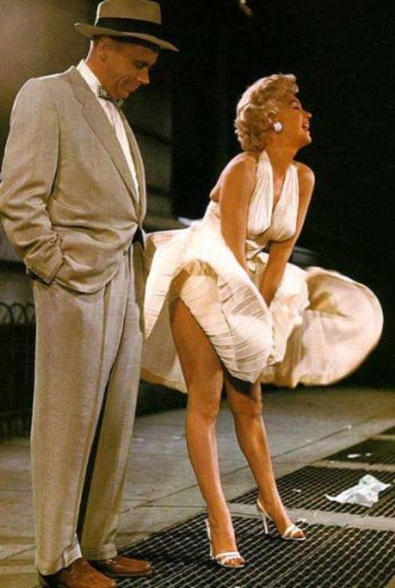 1954 yılının 15 Eylül'ünde Marilyn Monroe'nun Seven Year Itch (Yaz Bekarı) filminin unutulmaz sahnesinde eteklerinin havalandığı yerde bu kez modern çağların Marilyn'leri aynı pozu verdi.
