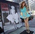 Kendini kısacık bir an için de olsa Marilyn Monroe gibi hissetmek isteyenler New York'taki Lexington Avenue'de Monroe'nun panosu önünde tıpkı onun gibi \