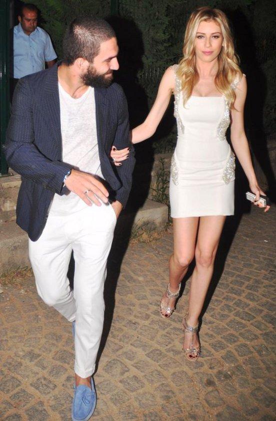 Geçen hafta medyaya, arkadaşları vasıtasıyla Arda Turan ile ilişkilerindeki sorunları aktaran Sinem Kobal, ipleri tamamen kopardı.