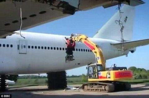 230 tonluk uçağa kepçe ingiltere de dünyanın en büyük uçak