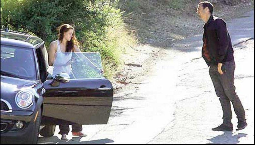 İkili yaklaşık 2 saat parkta kaldıktan sonra Stewart otomobiline binip parktan ayrılıyor.