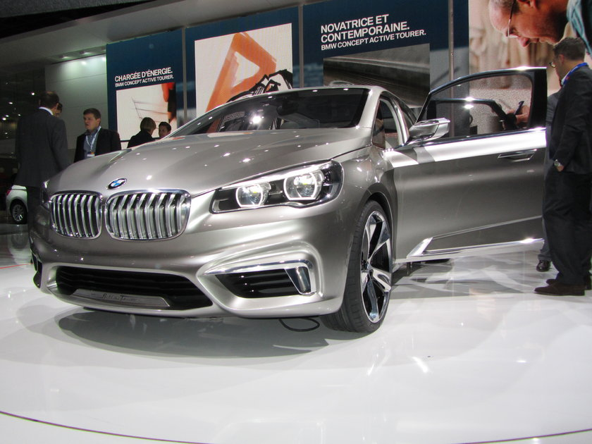BMW'nin yıllarca yapmamak için direndiği önden çekişli otomobil sonunda geliyor. Paris'te sergilenen Active Tourer konsepti hem önden çekişli, hem de BMW'nin bugüne dek hiç olmadığı segmentte bir otomobil. Pazara ne zaman çıkacağı ise henüz belli değil.