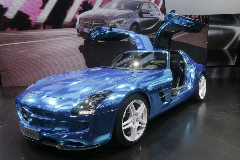 Elektrikli Mercedes 235 km/h'yi görecek:\n\n\nMercedes-Benz SLS AMG Electic Drive modeli 2013'ten itibaren satışa sunulacak.\nAlmanya fiyatı 400 bin Euro olacak aracın hızı saatte 235 kilometreye kadar çıkacak.\nDört elektrik motoru olan araç 751 beygir gücüne ulaşacak.\n