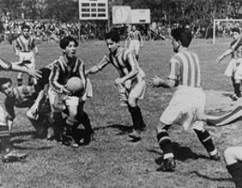 (İLK RESMİ MAÇ) Ezeli rakipler arasında ilk resmi maç 12 Kasım 1926 tarihinde oynandı. Taksim Stadı'ndaki İstanbul Ligi maçı golsüz eşitlikle sonuçlandı.