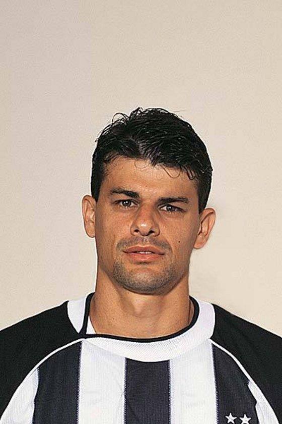 """10-""""Kadıköy'ün tılsımına Ronaldo son verdi"""" FB 1-2 BJK 2001 Fenerbahçe'nin 24 maç süren iç saha galibiyet serisine son veren maç. Şükrü Saracoğlu stadında üst üste 24 lig maçını kazanmayı başaran Fenerbahçe'nin serisine Beşiktaş son verirken, siyah-beyazlıları galibiyete taşıyan savunmadan gelip attığı 2 golle Ronaldo oluyor."""