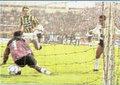 """2-""""Top çizgiyi geçti mi?"""" FB-BJK 2-2 Top çizgiyi geçti mi geçmedi mi? Gol mü değil mi? Şifo Mehmet'in son dakika attığı tartışmalı golle kıyametin koptuğu maç listemizde 2. sırada. 1991 yılının Kasım ayı. Önüne geleni deviren ezeli rakipler kozlarını Kadıköy'de paylaşıyor. Son dakikaya 2-1 önde giren Fenerbahçe kalesine sol kanattan dalan Mehmet'in yaptığı vuruşta top kale çizgisine paralel şekilde ilerliyor. Semih topu uzaklaştırıyor ama herkesin gözü maçın hakemi Ahmet Çakar'da. Yardımcısının gol kararına itibar eden Çakar uzun yıllar unutulmayan derbinin sonucunu belirliyor: 2-2"""