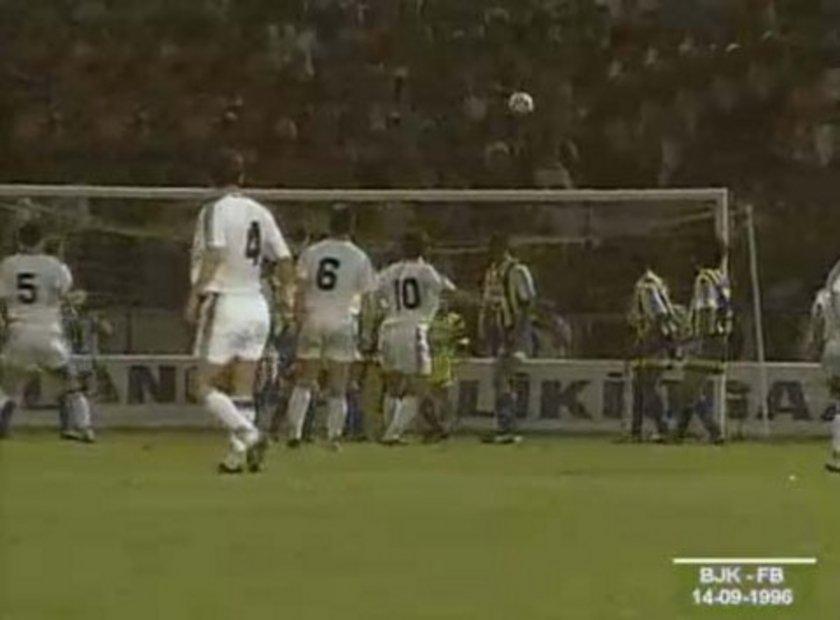 """7-""""Sergen'den 90'ıncı dakikada tam 90'a"""" 1996-97 FB-BJK 0-1 Uzun yıllar hafızalardan silinmeyen, dillerden düşmeyen tezahüratlara konu olan bir maç. 1 hafta önce Ali Sami Yen'de Galatasaray'ı 4-0 yenen Fenerbahçe kendi seyircisi önünde Beşiktaş karşısında mutlak favori. Ancak maç boyu iyi direnen siyah-beyazlılar rakibine gol şansı tanımıyor.Herkes mücadele 0-0 bitecek derken Beşiktaş'ın kazandığı frikikte Sergen Yalçın öyle bir dakikada öyle bir vuruş yapıyor ki günümüzde bile hala futbol muhabbetinin yapıldığı her ortamda konu olmayı başarıyordu."""