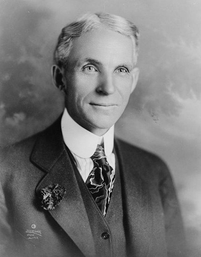 Henry Ford (1863-1947) 199 MİLYAR DOLAR \nOtomobil denince ilk akla gelen isim olan Amerikalı sanayici Henry Ford, özellikle geliştirdiği montaj hattı ile hem sanayi üretimde bir devrim yaptı hem de servetine servet kattı.