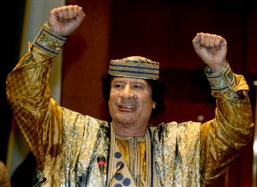 Muammer Kaddafİ (1942-2011) 200 MİLYAR DOLAR \n40 yıl petrol zengini Libya'yı demir yumrukla yöneten Kaddafi'nin sonu bir kanalizasyon kanalında saklanırken yakalanıp, feci şekilde öldürülmesiyle son buldu. Abartılı tavırları sık sık basına yansıyan Kaddafi'nin serveti de abartılıydı.