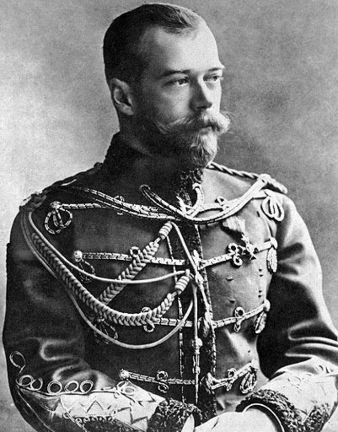 Çar II: Nikolay (1868-1918) 300 MİLYAR DOLAR \n1894'te tahta çıktığında Rusya'nın tartışmasız lideri, dünya siyasetinin en ağır isimlerinden biri ve muhteşem bir servetin sahibiydi. Ancak önce Rus-Japon Savaşı'nda alınan yenilgi, sonrasında ülkeyi kasıp kavuran açlık ve yoksulluğun getirdiği iç karışıklıklar tahtını saldırdı. 1. Dünya Savaşı'ndada Almanlar'a karşı başarı sağlanamayınca, Rusya'da huzursuzluk arttı ve II. Nikolay, Bolşevik devrimi ile tahttan indirildi. Bir süre hapis tutulan Çar, tutulduğu Ural dağlarındaki bir evde ailesi ile birlikte kurşuna dizildi.