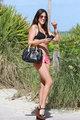 Romani, geçtiğimiz günlerde siyah bikinisi ve yüksek topuklu ayakkabılarıyla objektife takıldı.
