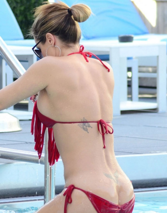 Kırmızı bikinili Lee...