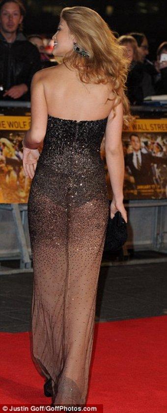 Dünyaca ünlü yıldız Amy Willerton katıldığı Wolf Of Wall Street filminin galasında kıyafetinin kurbanı oldu.
