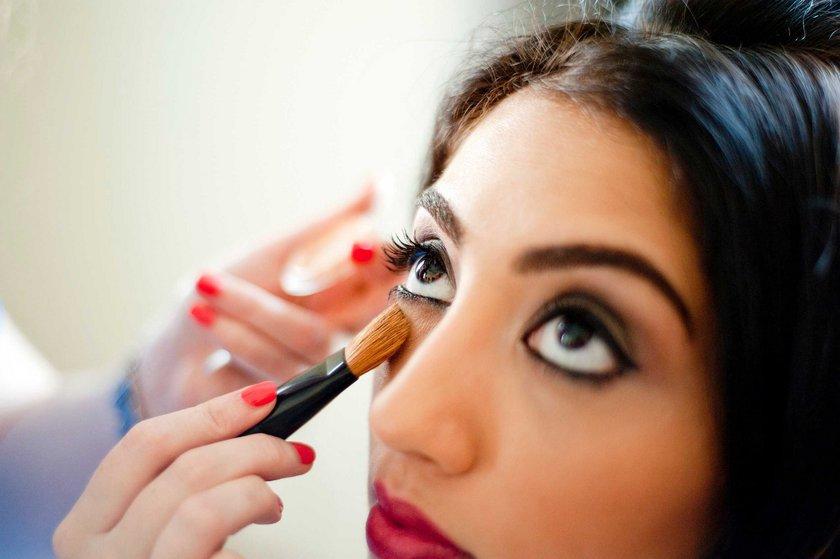 Yüksek sosyo-ekonomik sınıfa mensup kişiler daha çok makyaj malzemesi kullanırken, öte yandan araştırmaya katılan kadınların %12si makyaj malzemesi kullanmıyor. Bu oran 45 yaş üzeri grupta %31'e çıkıyor. Yani 3 kadından biri 45 yaşından sonra kozmetik kullanmayı kesiyor.