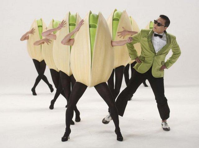 """VİDEO ÇEKİN! Güney Koreli şarkıcı Park Jae-Sang'in söylediği, """"Gangnam Style"""" isimli şarkının klibi, YouTube'a 8 milyon dolar kazandırdı. Karmin grubunu oluşturan Amy Heidemann and Nick Noonan çifti, Chris Brown'un """"Look At Me Now"""" şarkısına yaptıkları cover'la patladılar. Video Nisan 2011'de yüklendiğinden bu yana 68 milyon kez izlendi. Videonun yayınlanmasından 1 ay sonra çift Epic Records'la 1 milyon dolara anlaştı. Sadece müzik videoları para kazandırmıyor. Eğer yeterince şanslıysanız, çocuğunuzun veya evcil hayvanınızın videosu da yayılabilir. Youtube ortak olmak için sizinli irtibata geçebilir. Videonuza gelen reklam gelirlerinin yüzde 50'sini sizinle paylaşabilir. """"David After Dentist"""" videosundaki baba, sadece Youtube'un reklam gelirlerinden 100 bin dolar kazandı. Çeşitli televizyon programlarından, tişörtlerden ve iPhone uygulamalarından da para kazanabilirsiniz."""