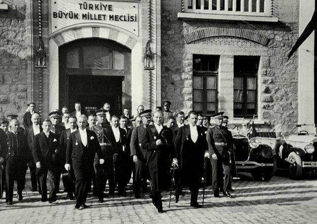 1928 yılında Anayasa'ya laiklik ilkesi kondu.