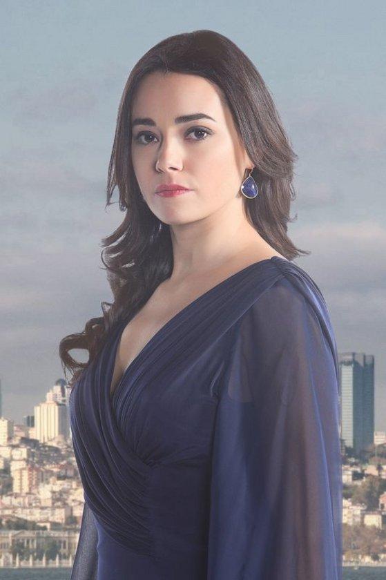 ÖZGÜ NAMAL (NARİN): Ülkenin önde gelen hukuk firmalarından birinin önemli avukatlarından olan Narin; tuttuğunu koparan, bir o kadar da gizemli bir kadındır. Küçük bir kasabada sefalet içinde büyümüş olan Narin, İstanbul'da tırnaklarıyla kazıyarak ulaştığı yeni dünyasını kimsenin bozmasına izin vermez. Ta ki yıllar sonra ilk aşkı Fırat ansızın karşısına çıkana dek...