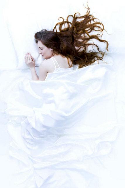 Düzenli uyku: Her gün belirli zamanlarda uyuyup uyanmalısınız. Hafta sonları çok fazla, hafta içi ise çok az uyumak sakıncalıdır. Çoğu erişkin için gece ihtiyaç duyduğu uyku süresi yaklaşık 6-8 saattir. Uykudan baş ağrısı ile uyanmak olası bir uyku bozukluğunun göstergesidir.