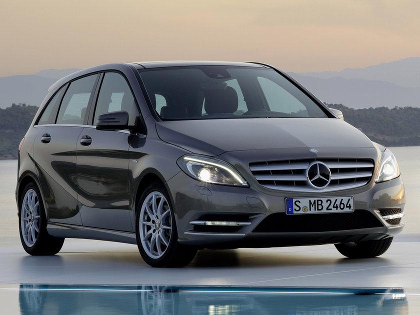 Mercedes B180 CDI 100 Km'de 5.6lt yakıt tüketiyor.