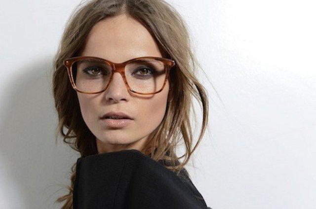 Yüzü küçük göstermek için iri gözlük takmak