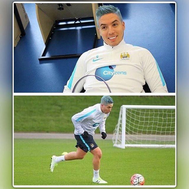 Manchester City'nin Fransız yıldızı Samir Nasri saçlarını maviye boyattı. Nasri'nin yeni stili sosyal medyada gündem oldu.