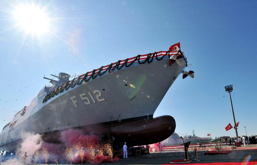 """<b>TÜRKİYE'NİN ÜRETTİĞİ İLK SAVAŞ GEMİSİ HEYBELİADA</b><br>\nTürkiye'nin ilk milli üretim savaş gemisi olan Heybeliada (F 511)'nın donatım, test/tecrübe ve eğitim faaliyetlerine yoğun bir program dahilinde devam edilmektedir.\nBu kapsamda; 02 Kasım 2010 tarihinden itibaren Deniz Kabul Tecrübelerine başlanılan Heybeliada (F-511)'nın, ana tahrik (ana makina),seyir sistemleri ve savaş sistemlerinin deniz şartlarındaki performans kontrolleri yapılmaktadır.<br>\nProjenin ikinci gemisi olan Büyükada (F-512)'nın tekne inşası da İstanbul Tersanesi Komutanlığı'nda devam etmektedir.<br>\nTürk Deniz Kuvvetleri Komutanlığı tarafından Heybeliada'nın (F-511) tasarım, inşa ve kullanım sürecinden elde edilecek bilgi ve tecrübeler ışığında Deniz Kuvvetleri'nin ihtiyaçlarına yönelik su üstü ve su altı silah sistem ve platformlarının geliştirilmesine devam edilecektir.""""\n"""