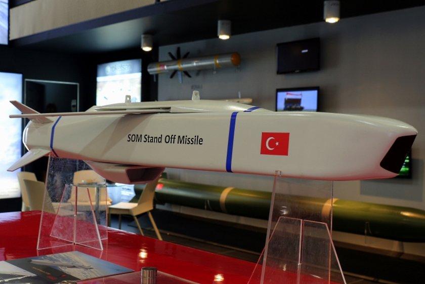 SOM (Satha Atılan Orta Menzilli Mühimmat) füzeleri A, B1 ve B2 modelleri olmak üzere, 3 farklı varyant olarak geliştirildi. A ve B1 varyantları Hava Kuvvetleri envanterine 2012 yılında girdi. Yeni geliştirilen SOMB2 varyantının atış testlerine başlandı.