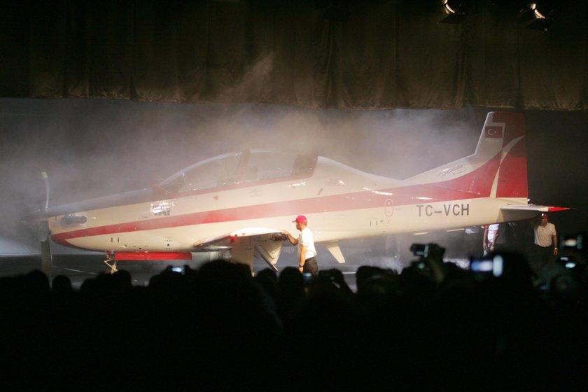 6 yılda yapıldı ve 150 milyon dolara mal oldu.<br>\nHangardan çıktıktan sonra test uçuşları yapacak olan Hürkuş, dünyadaki muadilleriyle rekabet edebilecek kalitede üretildi.<br> Yetkililer, kendi sınıfının en iyisi olarak anlatılan uçağın, uçuş mührü aldıktan sonra başta Arap ülkeleri olmak üzere yurtdışına da pazarlanabileceğini belirtiyor.\n
