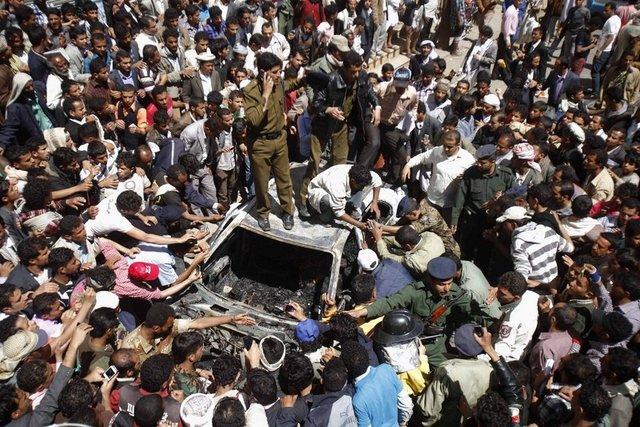 Yemen'in başkenti Sana'nın merkezinde bulunan bir binanın üzerine askeri uçak düşmesi sonucu 12 kişi hayatını kaybetti.
