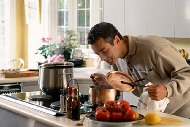 MALZEMELER: 250 gram tofu 2 yemek kaşığı zeytinyağı 2 tatlı kaşığı taze çekilmiş zencefil 100 gram mantar 100 gram erişte 200 ml derisiz kaynatılmış tavuk suyu Kırmızı pul biber 6 diş sarımsak
