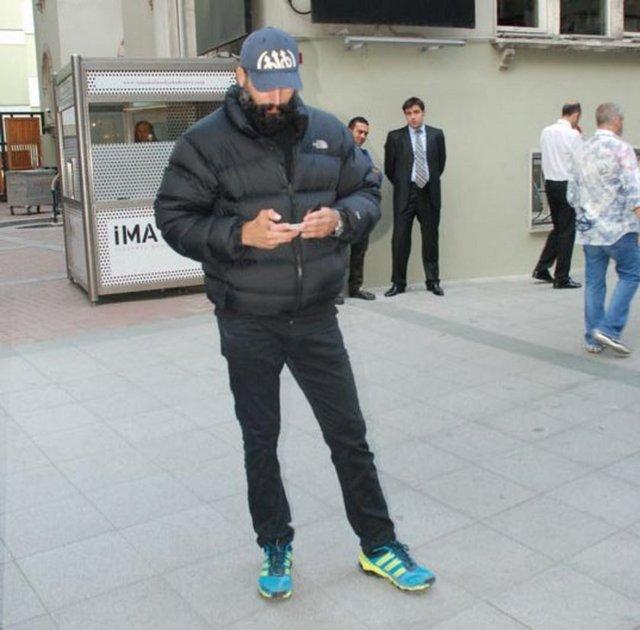 Fatih dizisinde Fatih Sultan Mehmet'i canlandıran Mehmet Akif Alakurt, kışlık montla görütülendi.