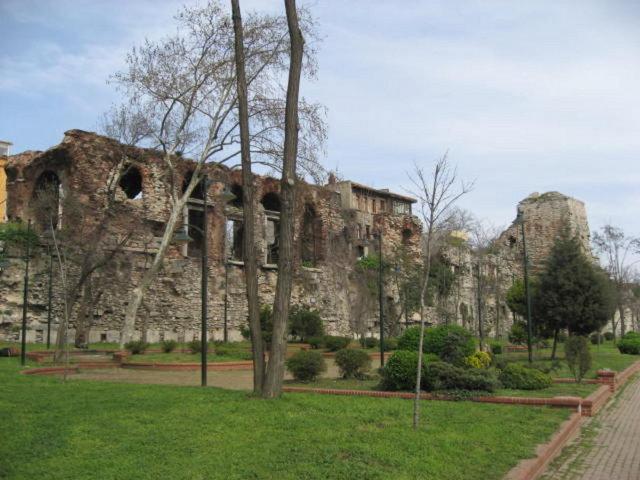 AHIRKAPI Osmanlı döneminde sarayın has ahırları burada bulunmuş, sonrasında da ahırların yeri değişmeyince semtin ismi Ahırkapı olarak günümüze gelmiştir.