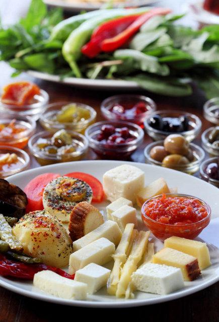 Kahvaltıyı es geçmenin vücudun yağları yakmasını sağladığına dair bir şehir efsanesi var. Kahvaltı etmemek daha fazla yemek yenmesine neden olur.