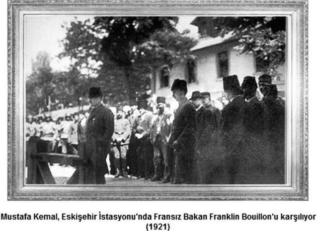 """Altında sadece """"Mustafa Kemal, 1910"""" yazılı olan ve başka hiçbir açıklama bulunmayan üç adet fotoğraf: Fotoğraflar 1910'da, Fransa'nın kuzeyinde İngiliz Kanalı'nda küçük bir sahili bulunan Picardie'de çekilmiştir. Yüzbaşı Mustafa Kemal, Picardi'de o senenin 12 ile 18 Eylül günleri arasında düzenlenen manevralara gözlemci olarak katılmak üzere Fransa'ya gönderilmiş, şapkayı ilk defa bu seyahati sırasında giymiş, birkaç da fotoğraf çektirmiştir ve hakkında bilgi verilmeyen üç fotoğraf, işte bu seyahatin hatıralarındandır."""