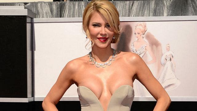 Real Housewives dizisinin yıldızı Brandi Glanville, kendi markasının kıyafetini göğsünü gere gere giydi.