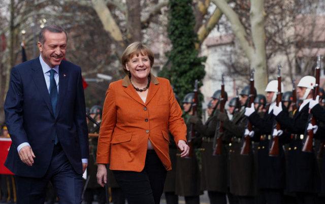 Türkiye'deki temaslarını tamamlayarak ülkesine dönen Almanya Başbakanı Angela Merkel'in ziyaretinden akıllarda bu kare kaldı.