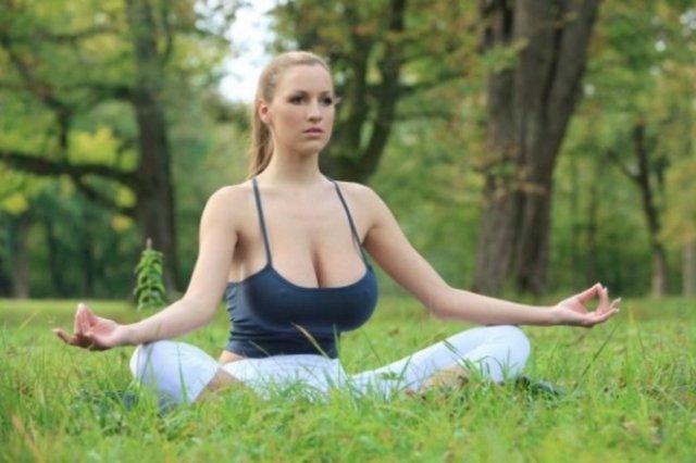 İtalyan anne ve babanın kızı olan Alman model Jordan Carver, Berlin'de bir parkta yoga gösterisi yapınca gündeme oturdu.