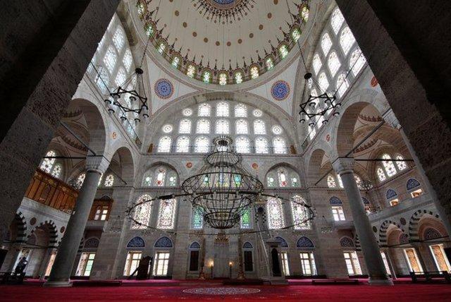 Mimar Sinan'ın imzasını taşıyan Üsküdar ve Edirnekapı'daki Mihrimah Sultan Külliyeleri, hiç açığa çıkmayan platonik bir aşkın izlerini taşıyor