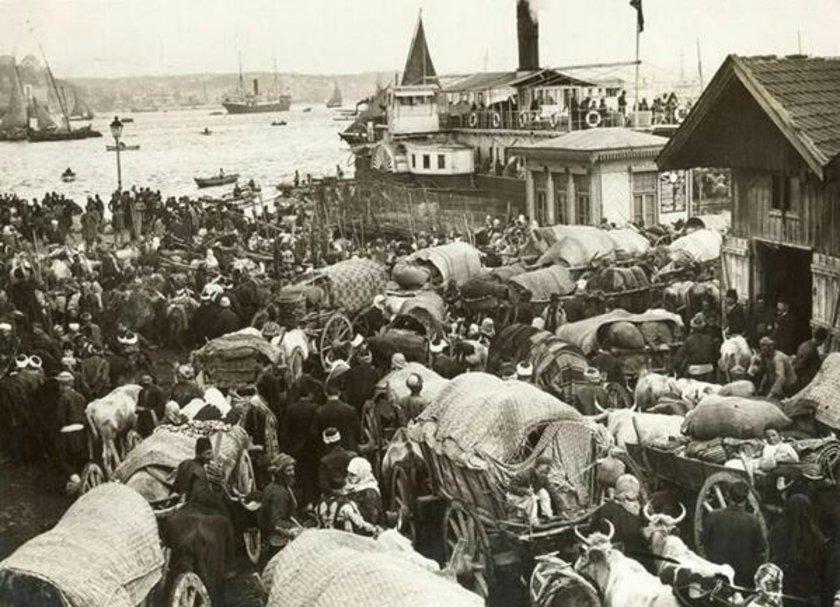 <p>Balkan Savaşı sırasında topraklarını terk etmek zorunda kalanlar Anadolu'ya geçmek için vapur bekliyor (1912. Sirkeci)</p>