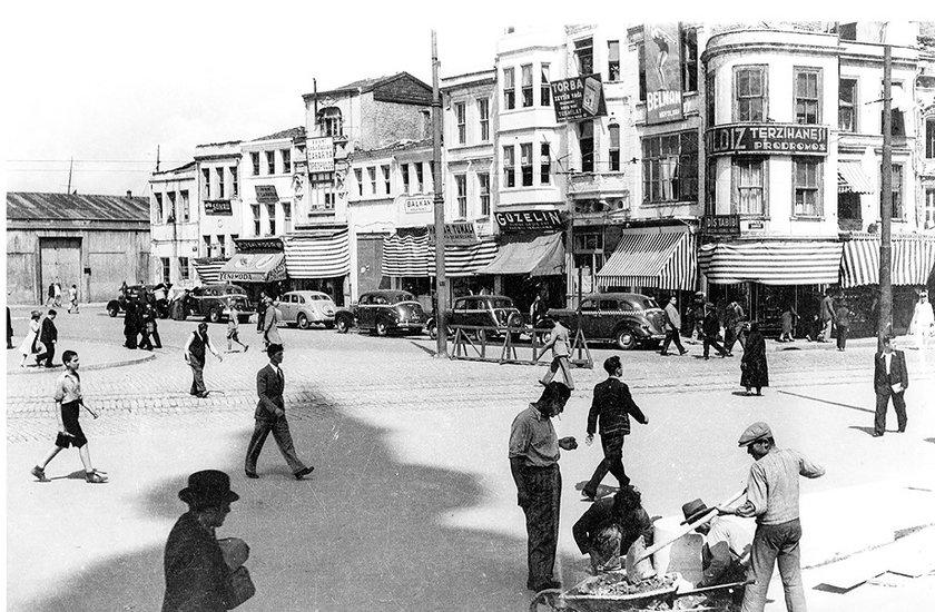 """<p>""""Fotoğraflarla Eski İstanbul"""" albümü 1940-1970 yılları arasında çekilen siyah - beyaz fotoğraflardan oluşuyor.</p>"""
