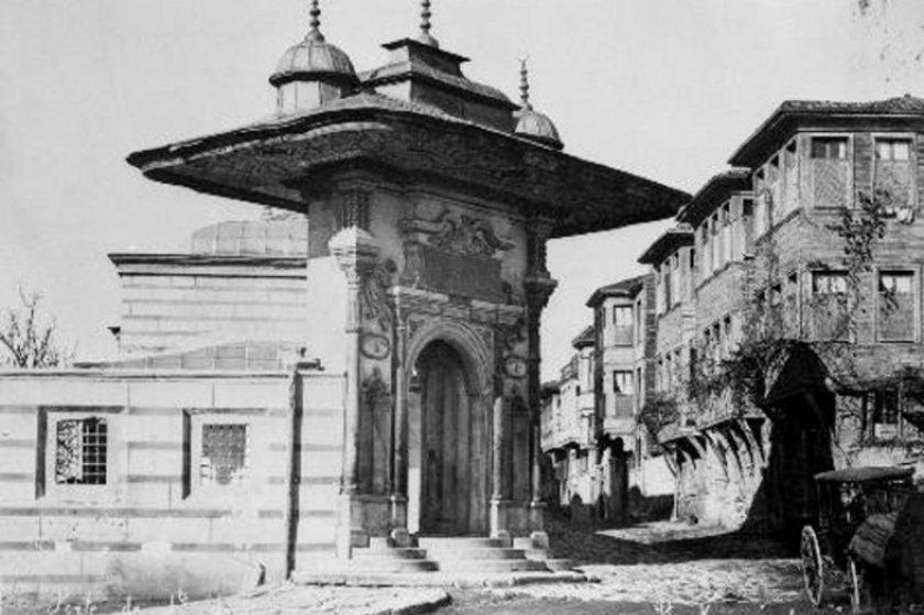 <p>Fotoğraf merakıyla bilinen Sultan II. Abdülhamid dünyanın hemen her yerinden, İstanbul'un her köşesinden fotoğraflar çektirerek bunları arşivletti.</p>
