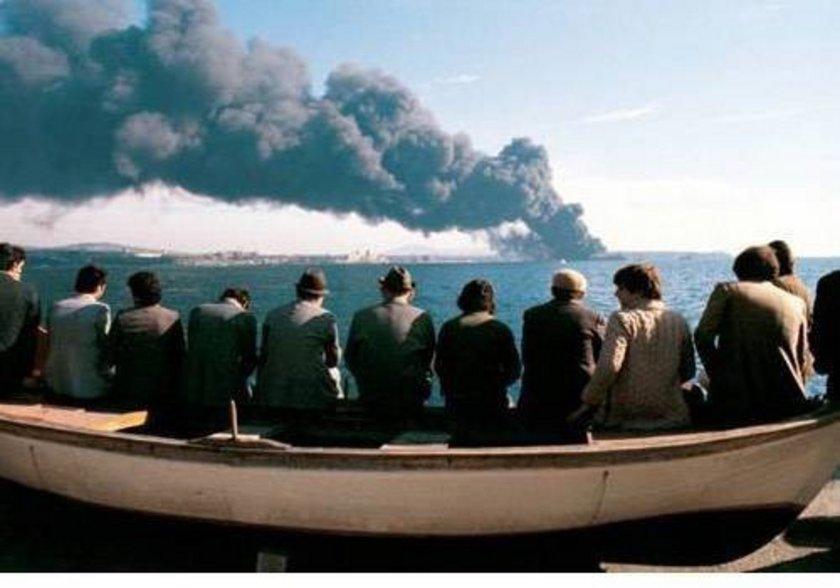 <p>Fotoğrafta İstanbul'luların 1979 yılında Haydarpaşa önlerinde Yunan Bandıralı gemiyle çarpışan Independenta tankerinin yanışını seyretmesi görülüyor...</p>