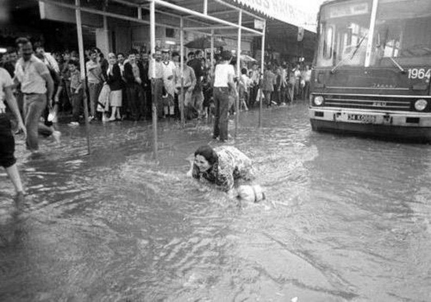 <p>Fotoğrafta 1983 yılında aniden bastıran yağmurun fotoğrafı yer alıyor...</p>