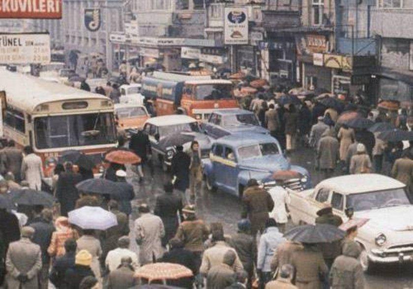 <p>1975 kışında Kadıköy'den Karaköy'e geçen yolcular işyerlerine ulaşmaya çalışıyor.</p>