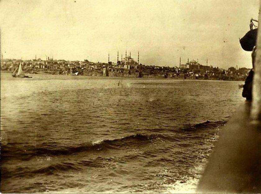 <p>İşgal kuvvetlerine ait gemiden İstanbul'a bakış...</p>