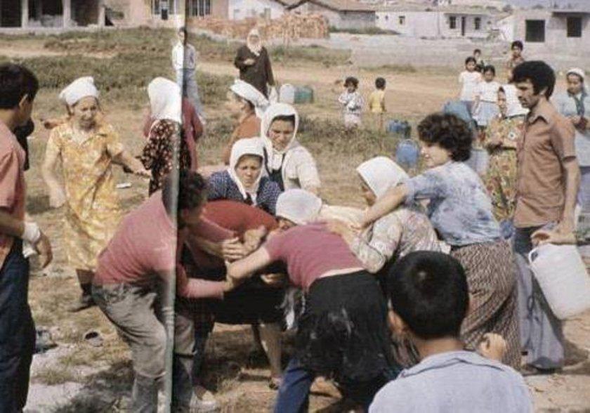 <p>1975 yılının Kadıköy Örnektepe'sinde mahalleli bir kova su için kavga ediyor</p>