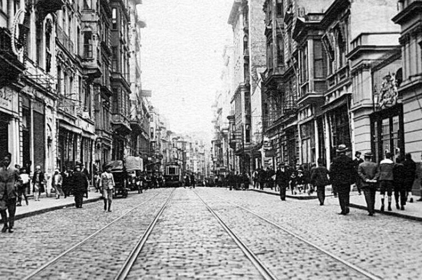 <p>İstiklal Caddesi 1920'ler</p>