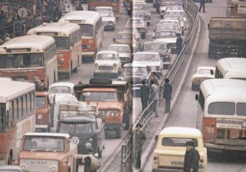 <p>1976- İstanbul Beyazıt'taki trafik çilesi...</p>