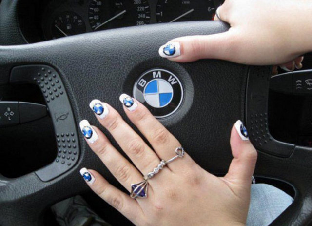 Tofa��� k�zlar BMW'ci k�zlara kar��