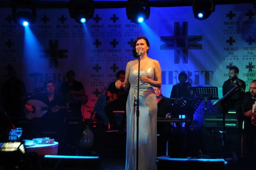"""Ünlü şarkıcı Şevval Sam, önceki gün Girne'deki Merit Park Hotel'de konser verdi. Mikrofonu zaman zaman dinleyicilerine veren Sam konserini Karadeniz türküleriyle bitirdi. """"Bizimle aynı kalpte olan dostlarla birlikte olmak güzel, hepimiz barış istiyoruz. Varlığımızı gösterdiğimiz şu an, Türkiye için önemli bir süreç"""" diyerek gündeme değinen sanatçı, Kazım Koyuncu'yu da unutmadı."""